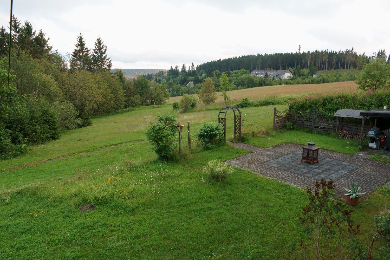 DAV Haus Astenberg - Blick auf die Terrasse und Garten